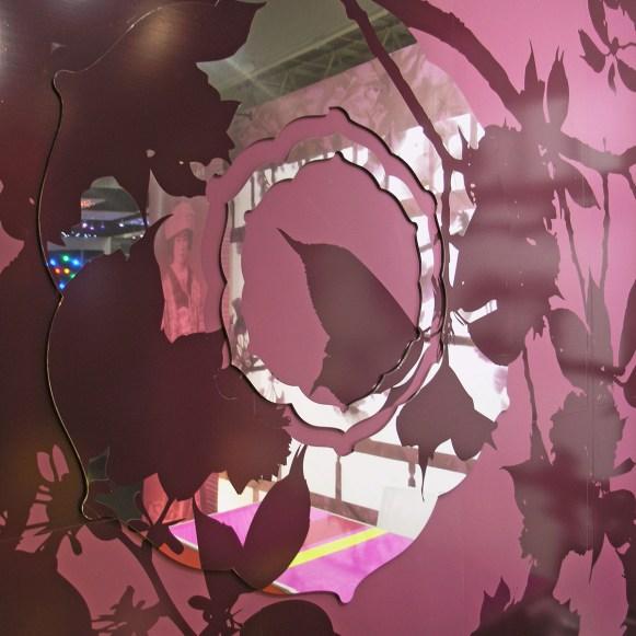 papiers peints panoramiques, des luminaires, du mobilier, des miroirs et des décors au sol