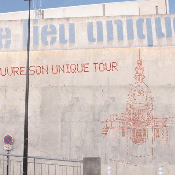 Décoration sur la façade de la Tour LU à Nantes avec 1957 gommettes en collaboration avec Hermine Penhoat - 2004