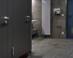 Profily a kování pro sanitární příčky