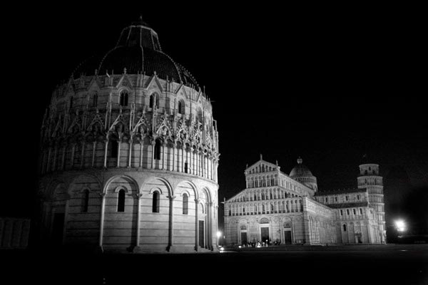 Is Pisa overcrowded and invaded by selfie-stick madness? Yes and Yes! Should you avoid Pisa? NO! People visit Pisa in Italy for a good reasons: it's unique, it has historical significance and it's just drop dead gorgeous! I went to Pisa and was able to see it and enjoy it. Do you want to visit Pisa without the crowds? Read along as I share my valuable tips on how to enjoy Pisa without the crowds!