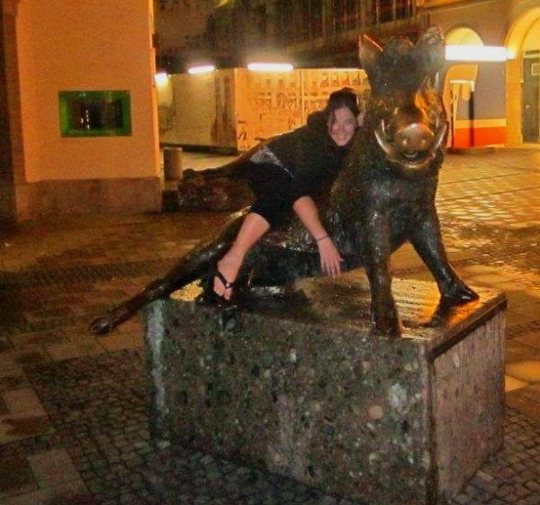 Some statues have are very funny. What's more funnier than a selfie with you and the statue? I present you 8 hilarious statue pictures from travel bloggers.