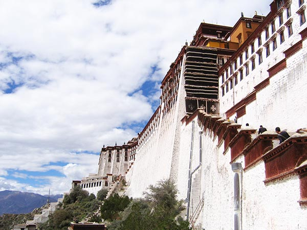 What to see or do in Tibet? I give you my favorite memories and the top 10 things to do in Tibet. Put Tibet on your bucket list with this inspirational list