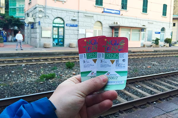 The Cinque Terre Card with Rail Pass. Do you plan to visit the popular 5 villages that make up the Cinque Terre in Italy? But how can you travel on the Cinque Terre train and what is the Cinque Terre Pass? I explain how to use the Cinque Terre Card to travel by train to the Cinque Terre train station in this ultimate guide for Cinque Terre Train Travel