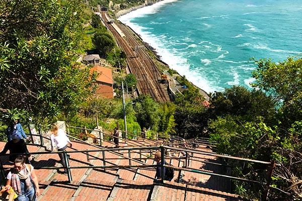 Hiking up from the Corniglia train station to the town. Do you plan to visit the popular 5 villages that make up the Cinque Terre in Italy? But how can you travel on the Cinque Terre train and what is the Cinque Terre Pass? I explain how to use the Cinque Terre Card to travel by train to the Cinque Terre train station in this ultimate guide for Cinque Terre Train Travel
