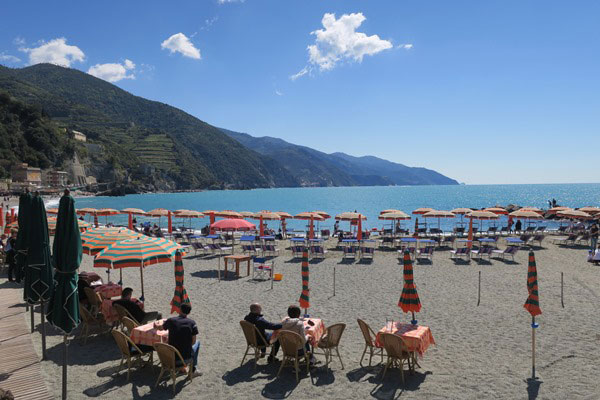 The beach of Monterosso el Mare. Do you plan to visit the popular 5 villages that make up the Cinque Terre in Italy? But how can you travel on the Cinque Terre train and what is the Cinque Terre Pass? I explain how to use the Cinque Terre Card to travel by train to the Cinque Terre train station in this ultimate guide for Cinque Terre Train Travel