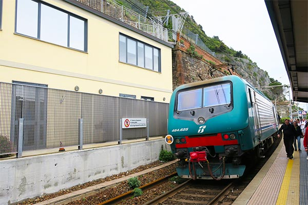 Cinque Terre Train station. Do you plan to visit the popular 5 villages that make up the Cinque Terre in Italy? But how can you travel on the Cinque Terre train and what is the Cinque Terre Pass? I explain how to use the Cinque Terre Card to travel by train to the Cinque Terre train station in this ultimate guide for Cinque Terre Train Travel