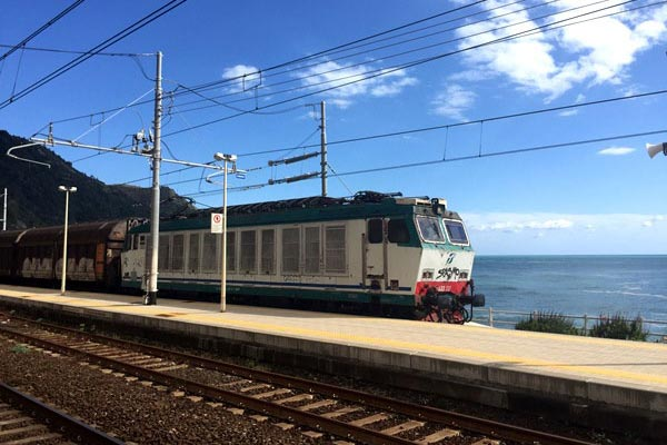 How to get to Cinque Terre Italy? There is no Cinque Terre airport but I help you find flights to Cinque Terre and the closest airport to Cinque Terre. I discuss the train and driving to Cinque Terre. Read more and you know exactly what is the best way for getting to Cinque Terre!