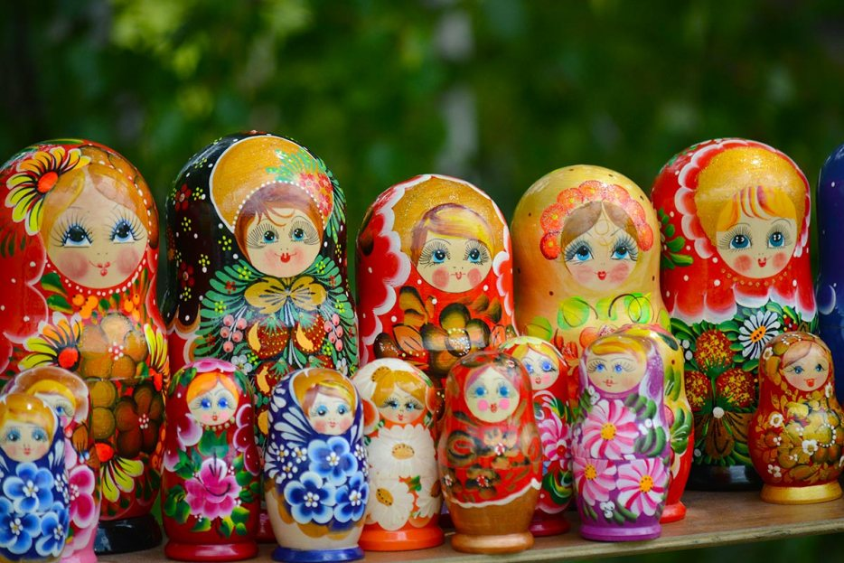 Russian matrushka dolls. If you plan to visit Russia and see the biggest cities, you might want to consider the train from St. Petersburg to Moscow. Although flying is an option, the train is fast, comfortable and brings you to the heart of the city. Read here what it is like to travel on the overnight sleeper trains St. Petersburg to Moscow.