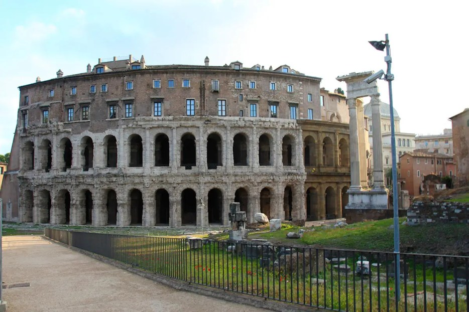 Rome is full with Roman history. But which Roman ruins in Rome are worth it and shouldn't be missed? Check my personal favorites with quick tips to explore.