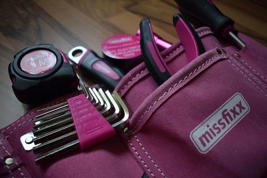 Missfixx-pinker-Werkzeuggürtel-Nahaufnahme-Probenqueen