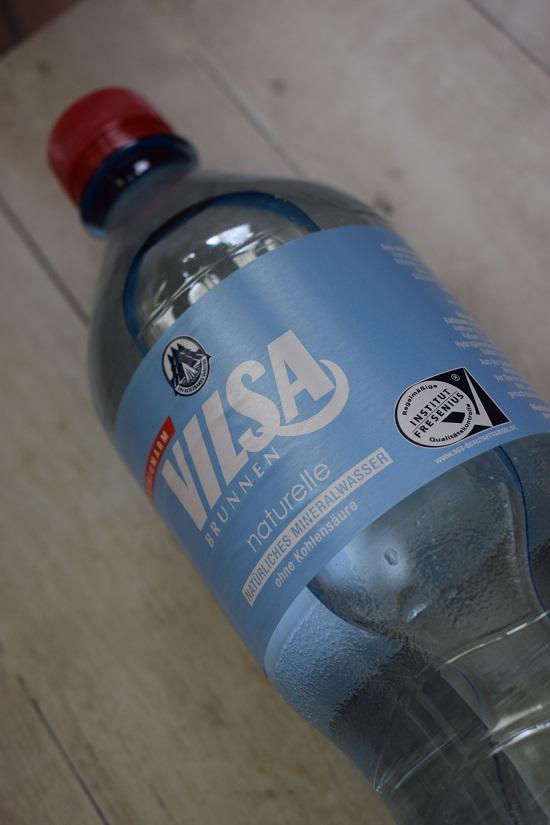 Brandnooz Box April Flasche Vilsa naturelle Wasser Probenqueen
