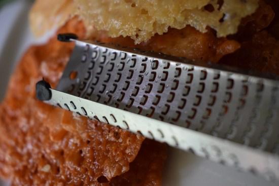 Herzhafte Käsetaler Microplane Reibe mit Gummifüßen www.probenqueen.de