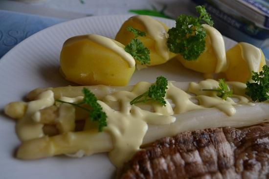 Pink.Your.Kitchen Teller mit Kartoffeln, Soße Hollondaise, Spargel und Steack mit Petersilie