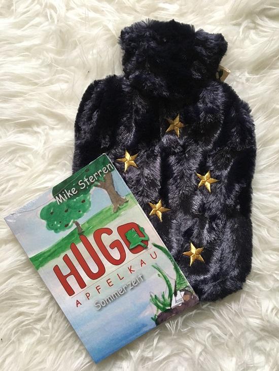Wärme mit Hugo Frosch Wärmflasche klassik nachtblau mit Sternen und Buch Hugo Apfelklau