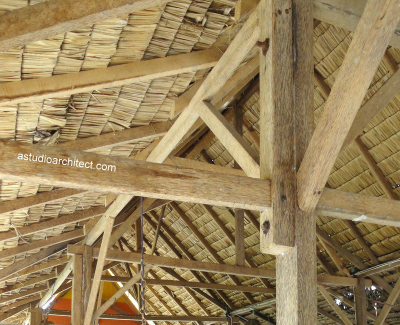 Atap anyaman dengan struktur kayu dan bambu  Arsitektur rumah tinggal dan desain interior
