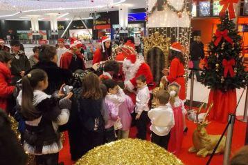 Copiii l-au asaltat pe Mos Craciun in Promenada Mall