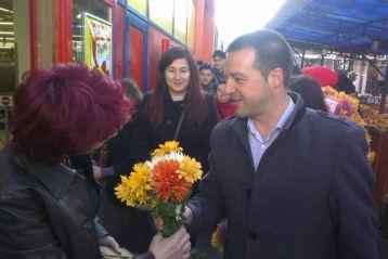 """""""In fiecare campanie se ofera afise, calendare, carnetele, pixuri, brichete si... promisiuni. Nu v-ati plicisit de aceleasi lucruri? Trebuie sa venim cu ceva nou. O floare, un zambet si o raza de soare!"""", spune Marian Dragomir."""