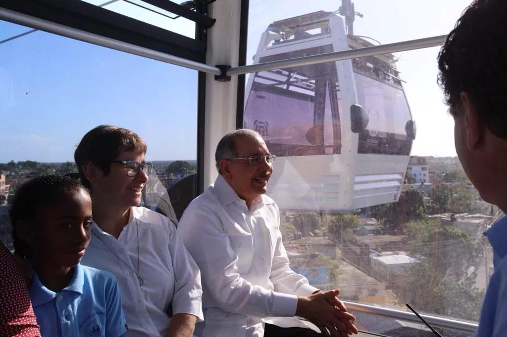 Presidente Danilo Medina prueba vagones del Teleférico de Santo Domingo