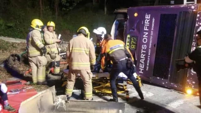 Vuelca autobús en Hong Kong; reportan 19 muertos y 40 heridos
