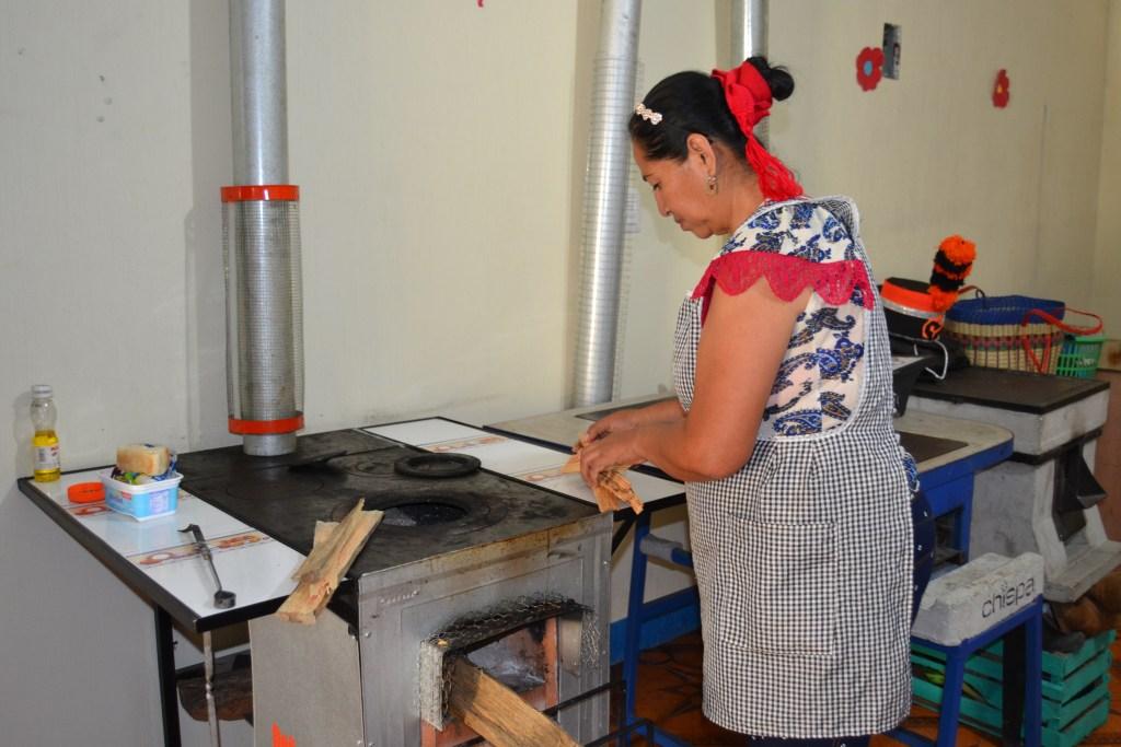 Las estufas cuentan con chimenea que reduce el 70% de expulsión de humo.