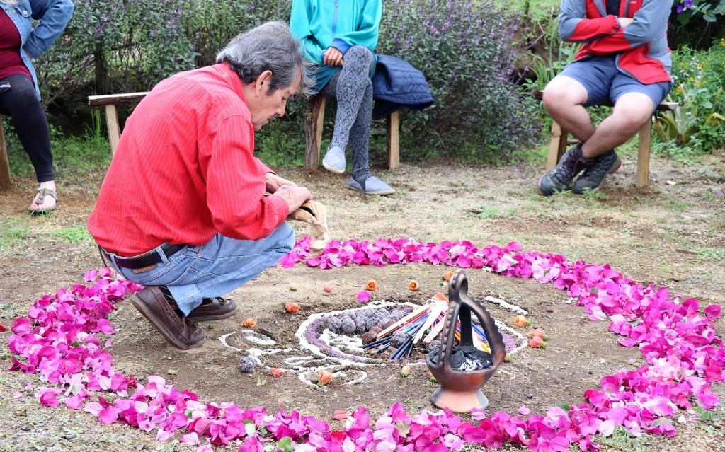 Los visitantes puede participar de una ceremonia maya.