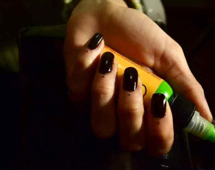tatuaje de puntitos en dedos