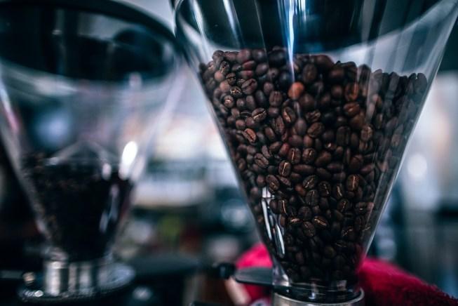 Molino de café y baristas