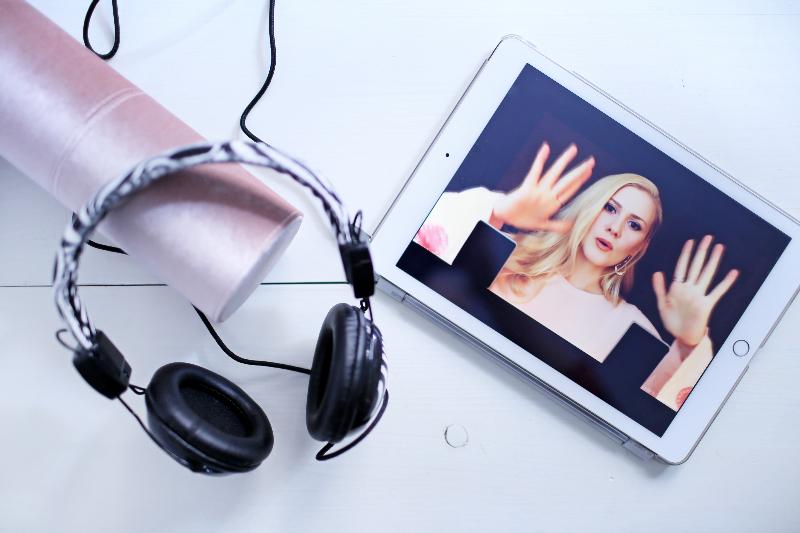 Youtuber Masha María susurrando en video ASMR