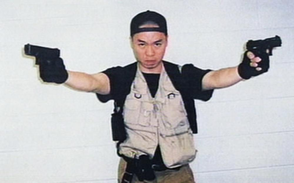 Seung-Hui Cho sosteniendo armas de fuego