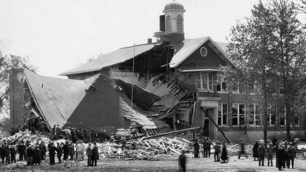 escuela en ruinas después del ataque en la Escuela Bath