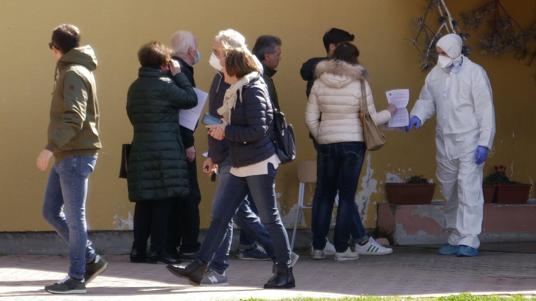 Aggressive testing helps Italian town cut new coronavirus cases to ...