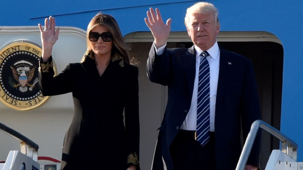 swing chair au kenny chesney blue rum hat melania trump swats donald's hand, again - 9honey
