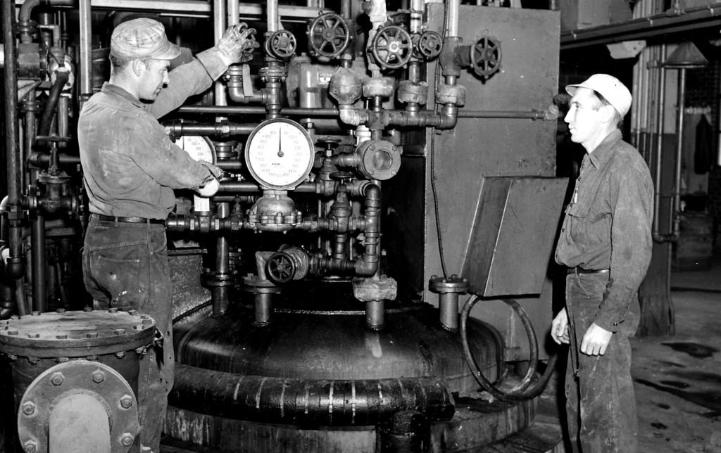 Trabalhadores cuidam de operações químicas para fabricação de corantes nas instalações da Chamber Works nos anos 1940.