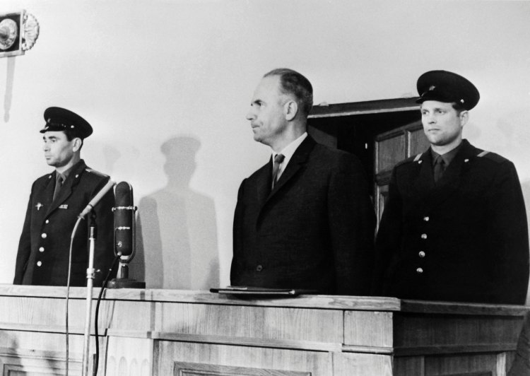 Soviet military intelligence colonel Oleg Penkovsky (C) was sentenced to death during his public trial on May 11, 1963 in Moscow.  / AFP / TASS / -        (Photo credit should read -/AFP/Getty Images)