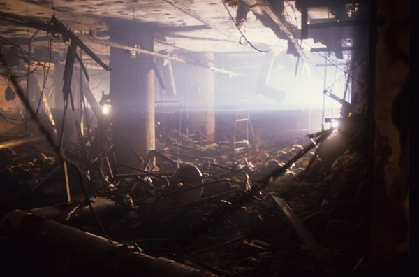 Interiors from a building in Amiriya district, a residential area on Baghdad's western outskirts, after an Allied bombing on an air raid shelter by US bombers, Gulf War, 14th February 1991. Mais de 500 mulheres e crianças morreram após duas bombas de precisão serem lançadas no local por caças Stealth [invisíveis a radares]. (Foto de Kaveh Kazemi/Getty Images)