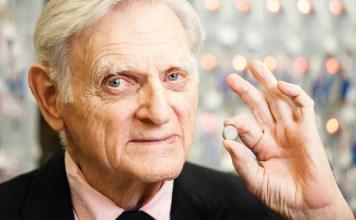 John Goodenough - inventou a bateria de smartphone