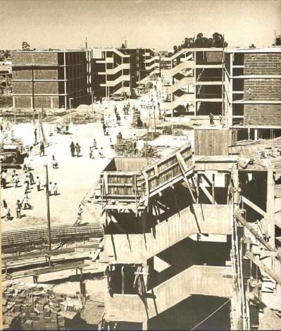 """El desafío de la escala. Foto tomada de la primera edición del libro """"Una historia con quince mil protagonistas. Las Cooperativas de vivienda por ayuda mutua uruguayas""""."""