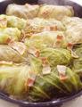 塩、こしょう各少々で味をととのえて仕上げる。すぐに食べる2人分を盛りつける。1人分2個ずつのロールキャベツとスープの全量を等分に器に盛り、あればパセリのみじん切りを散らす。残った8個は、下記を参照して冷凍保存する。 ●残ったロールキャベツの冷凍保存法 粗熱を取ったロールキャベツの汁けをきって、4個ずつラップでぴったりと包みます。フリージングバッグに入れ、空気を抜きながら口を閉じて冷凍庫へ。3週間ほどおいしく保存できます。