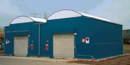 Almacén central en estructura modular compuesto por System-Containers con cubetos de retención integrados y techo translúcido en la zona del pasillo