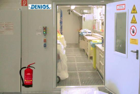 Uso del sistema F90 transitable que integra puesto de trabajo para sustancias peligrosas y extracción. La sala de mezcla de pinturas dispone de una puerta T90 que incorpora acristalamiento F90 y luces y señales de alarma, así como interruptor de iluminación y sistema de comprobación de puerta.
