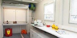 Almacén prefabricado con las funciones de un laboratorio para realizar análisis donde se precise