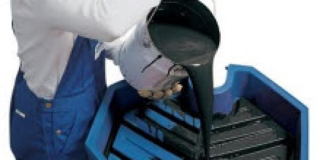 Embudo para bidones y tambores DENIOS para facilitar el trabajo de trasvase de líquidos peligrosos