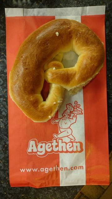 Dies ist ein Produktbild der Bäckerei Agethen aus Oberhausen. Einer Handwerksbäckerei. Produkt: Brezel Aufnahme in der totalen Ansicht