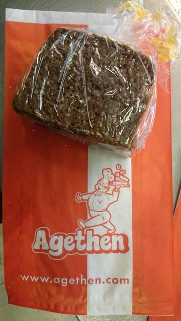 Dies ist ein Produktbild der Bäckerei Agethen aus Oberhausen. Einer Handwerksbäckerei. Produkt: Sonnenkorn-Schwarzbrot 500g Aufnahme in der totalen Ansicht
