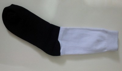kaos kaki hitam putih