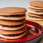Foto van dorayaki met anko. Dorayaki zijn een soort mix tussen eierkoeken en American pancakes.
