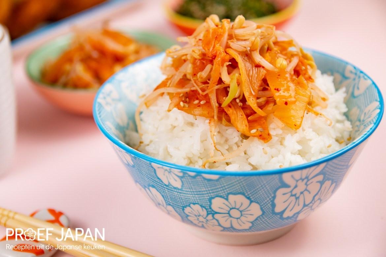 Kleurrijke foto van een kommetje rijst met kimchi en taugé.
