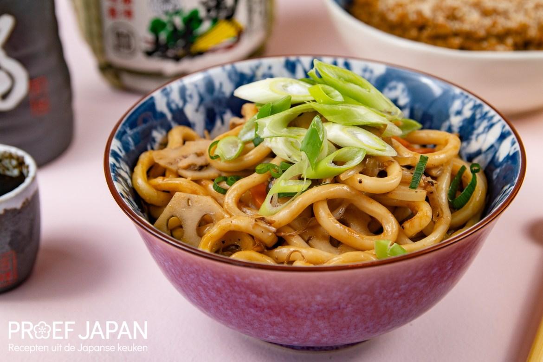 Gebakken noedels met groente (yasai yaki udon).