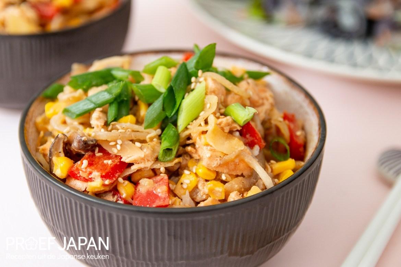 Foto van een kommetje met chan chan yaki. Gebakken zalm met groente in misosaus op rijst.