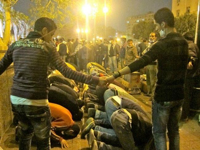 Христиане окружили кольцом мусульман, чтобы те могли молиться во время беспорядков в Египте